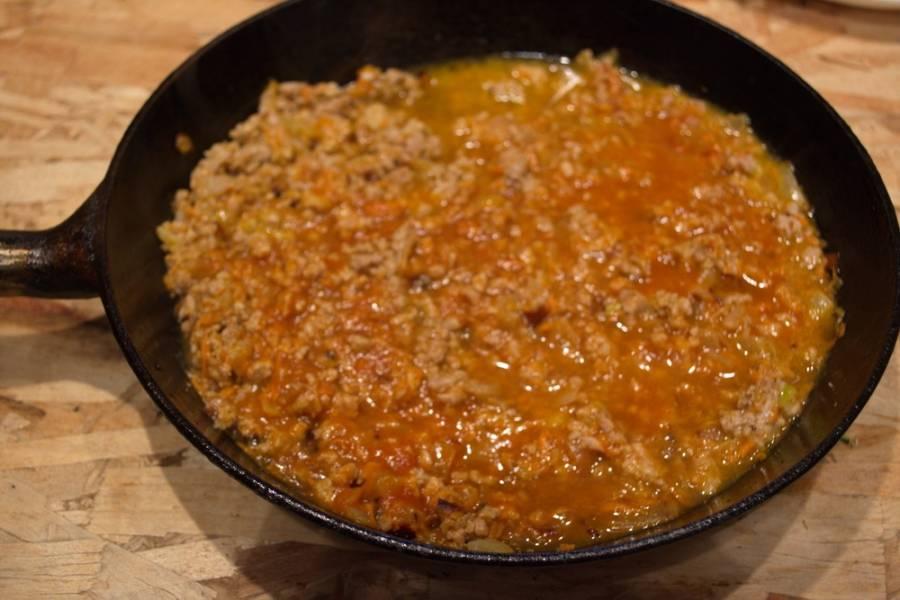 Отварите в кастрюльке рис. Рис нужно залить большим количеством воды, добавить соль и варить до готовности. Если будет лишняя вода, ее можно слить.