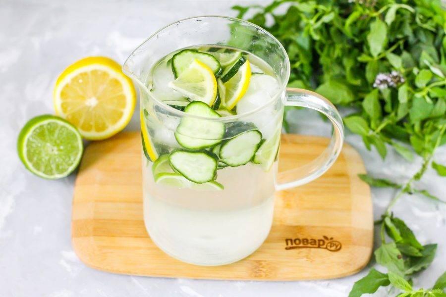 Влейте охлажденную минеральную воду и тщательно перемешайте, чтобы сахар растворился. Добавьте в кувшин лед и подайте огуречный лимонад к столу в жаркий день!