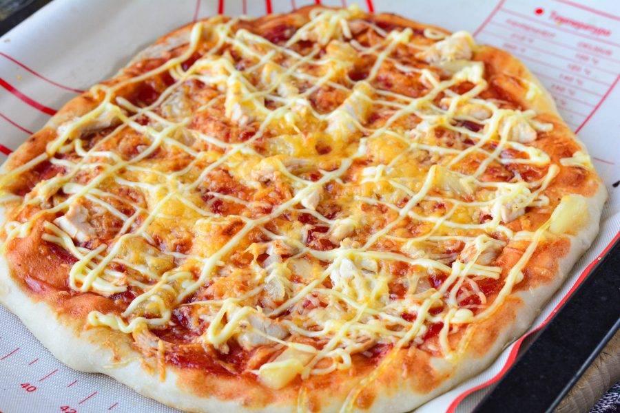 Выпекайте пиццу в разогретой до 200-220 градусов духовке в течение 15 минут. Пицца получится пышной и мягкой. Сыр расплавится.
