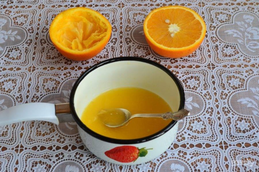 2. Теперь нам нужно приготовить соус: выдавливаем сок половинки лимона в глубокую небольшую посуду.