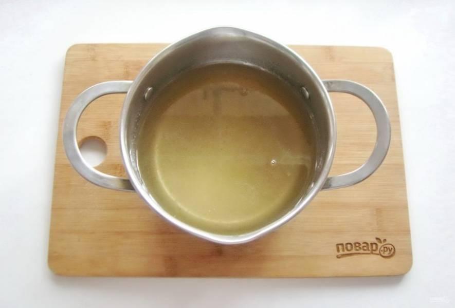 Поставьте кастрюлю на плиту. Постоянно перемешивая доведите сахар до полного растворения.