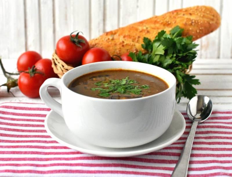 Подавайте суп горячим, щедро посыпав рубленой петрушкой и, по желанию, тертым пармезаном.