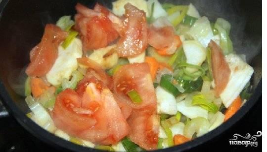 Коренья, морковь, помидоры порезать и добавить к луку все обжарить.
