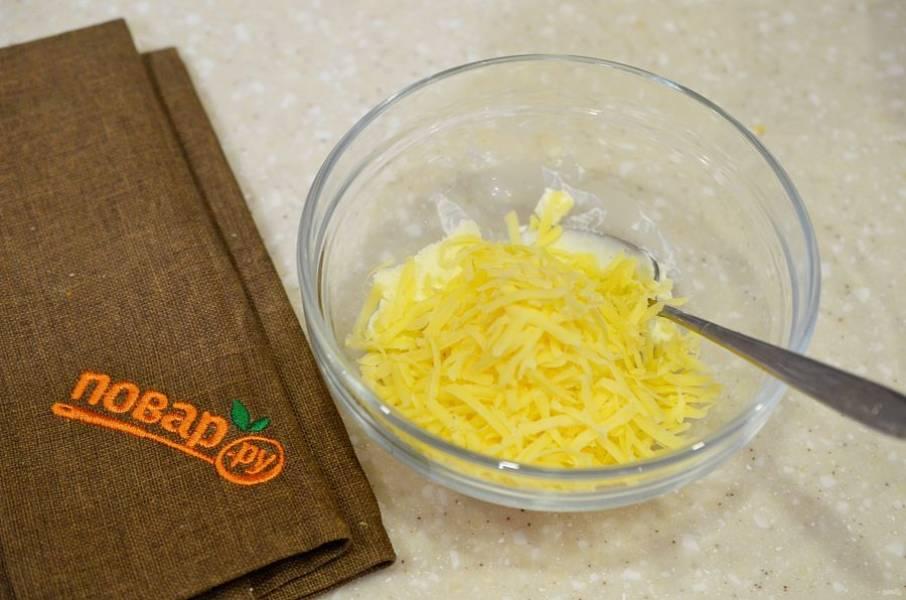 4. Сыр натрите на терке, добавьте к сливочному сыру.