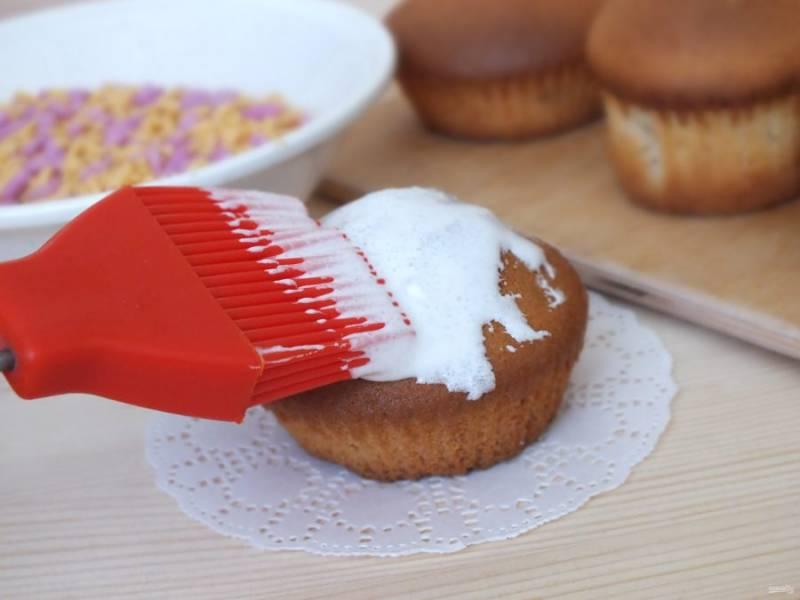 Взбейте яичный белок с сахарной пудрой. Смажьте куличи помадкой.