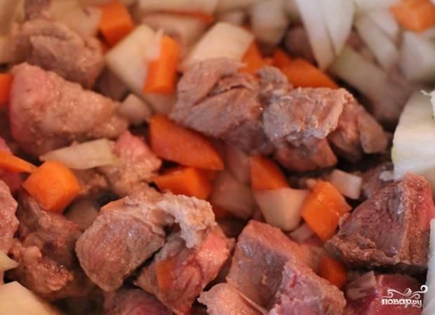 Мясо обжарьте с луком и морковкой.