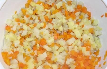 Нарезаем овощи мелкими кубиками и засыпаем в глубокую миску.