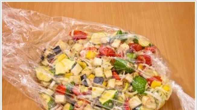 3. Баранину режем порционными кусочками, натираем солью и перцем и выкладываем на дно пакета. Наверх - овощи в заливке, и закрываем пакет. Запекаем при 180 градусах полтора часа.