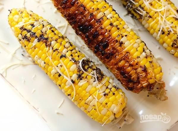 3. Запекайте кукурузу 30-40 минут до мягкости. Перед подачей можно дополнительно присыпать тертым сыром.  Приятного аппетита!