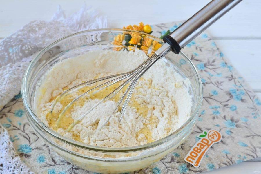 4. Всыпьте муку и полностью вмешайте ее в молочно-яичную массу.