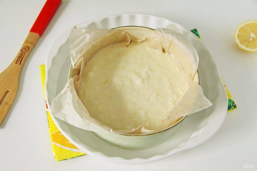 Перелейте тесто в смазанную маслом форму для запекания. Если форма разъемная, то предварительно застелите дно и бока пергаментом. Данный пирог готовится на водяной бане. Поставьте форму с пирогом в форму большего размера и налейте в нее воды. Отправьте пирог в духовку и готовьте при 180-200 градусах около 30 минут.