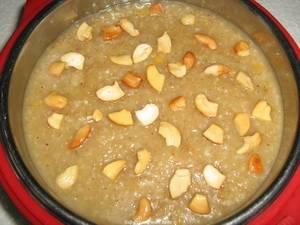 Промытое и перебранное зерно замачивают в холодной воде на 2-3 часа, после чего заливают молоком, добавляют 0,5 чайной ложки соли и варят до полной готовности на среднем огне. Зерно должно получиться мягким, но не разваренным. После того как пшеница сварилась, нарежьте не слишком тонкими дольками яблоко и перемешайте.