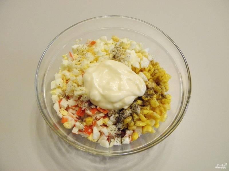 Кукурузу отцедите от жидкости. Сложите все продукты в салатник, добавьте соль и перец черный молотый. Заправьте салат майонезом. Перемешайте.