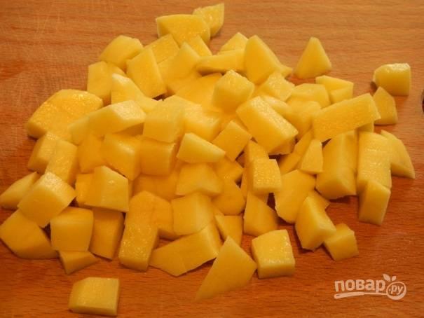 1. Картофель необходимо почистить, помыть и нарезать небольшими кубиками. Перекладываем его в кипящую воду и варим до готовности.