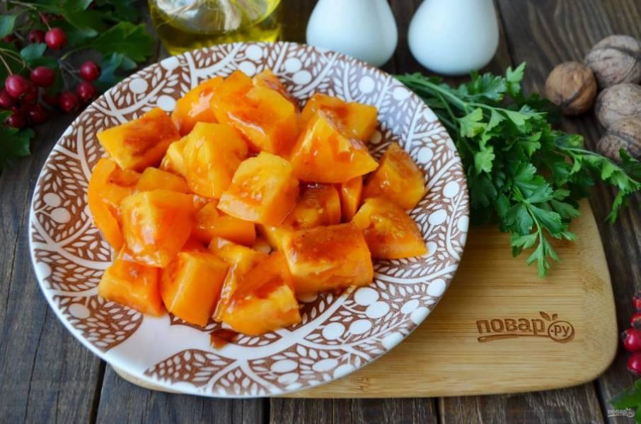 """На тарелку для салата уложите помидоры. Соус """"Наршараб"""" смешайте со щепоткой соли и перца, оливковым маслом, полученной смесью полейте щедро помидоры."""