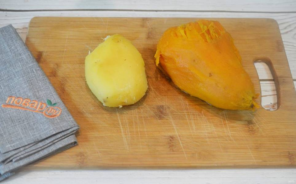 3. Дайте овощам немного стыть, картофель и батат очистите.