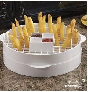 Хорошо если у вас есть специальная форма для микроволновки. Загрузить в нее картофель.