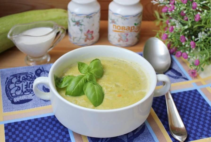 Суп-пюре из кабачков со сливками готов. Подавайте на первое в обед.