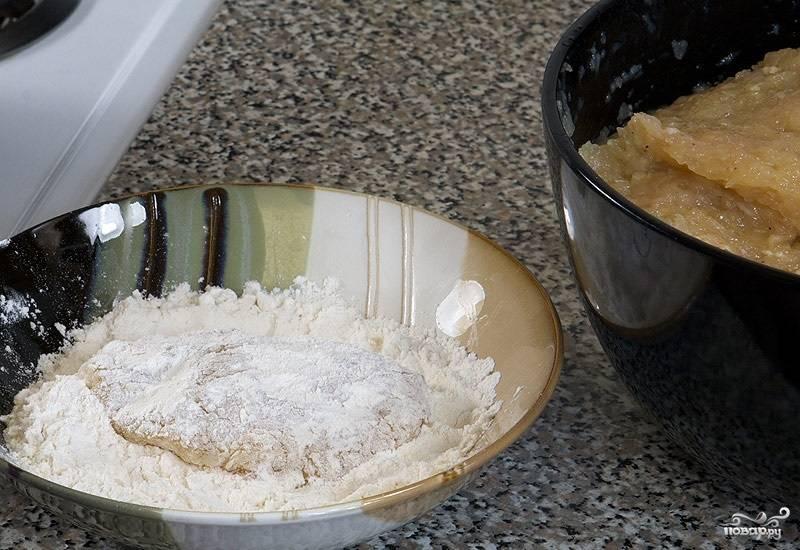 5. Сформируйте небольшие котлетки, обваляйте их со всех сторон в муке. Она более нежная, нежели панировочные сухари.