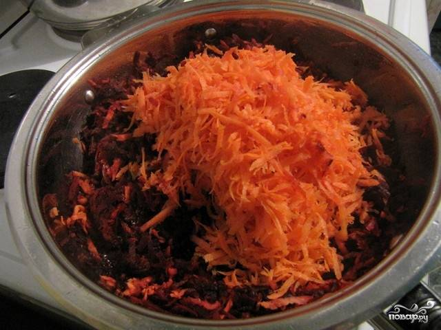 5.Смешиваем свёклу с морковью, луком и мукой. Солим. Тщательно перемешиваем.