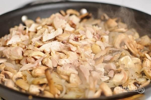 6. Когда испарилась лишняя жидкость, добавьте на сковороду курицу.