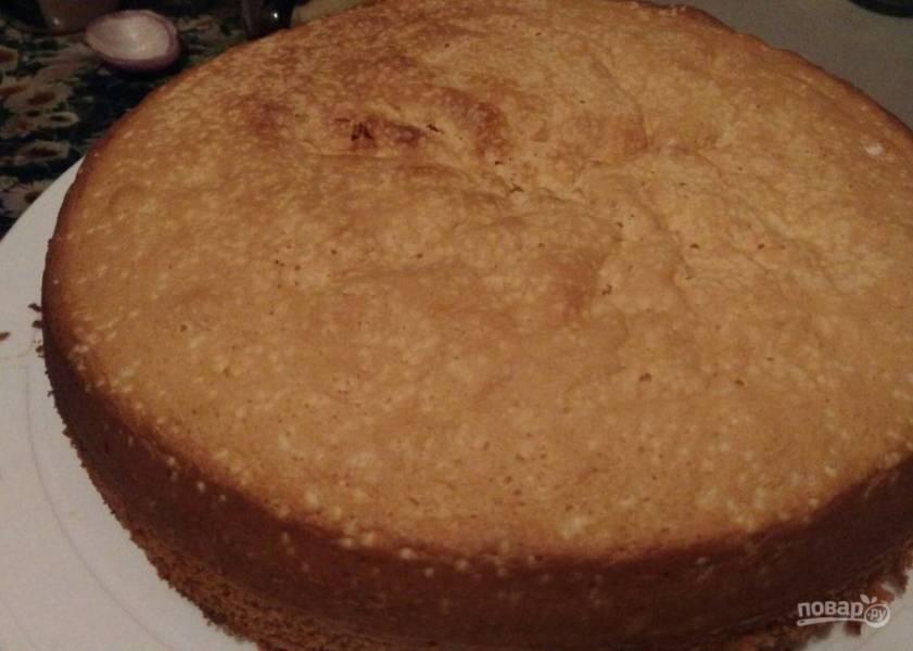 7. Тем временем остывший бисквит вынимаем из формы и разрезаем на 3 части.