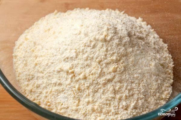 Делаем тесто: смешиваем холодное сливочное масло, муку и соль. Измельчаем в крошку при помощи блендера.