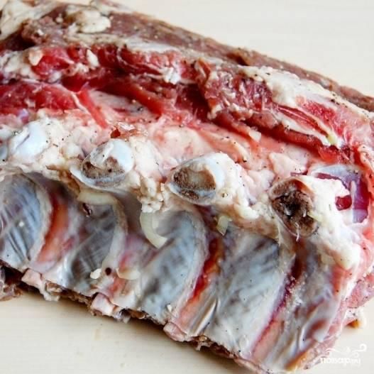 Замаринованное мясо отряхиваем от лука. Лук, кстати, получается очень вкусный - я его обычно съедаю в процессе дальнейшего приготовления :)
