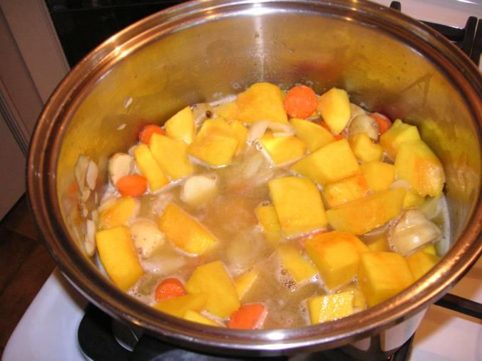 1. Воду ставим на огонь, отвариваем в ней сначала очищенные и помытые тыкву, лук и морковь. Лук затем выбрасываем, а все овощи режем кусочками. Добавим также картофель, соль и масло. Тушим до готовности.
