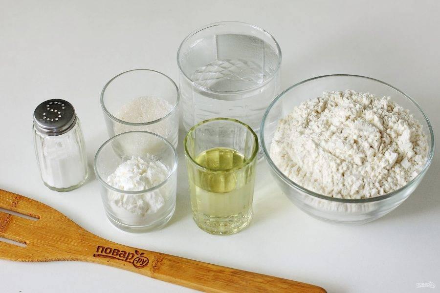 Подготовьте все ингредиенты. Для опары соедините теплую воду, сахар, дрожжи и муку. Перемешайте и оставьте на 20 минут.