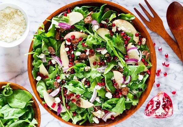 5. В глубоком салатнике соедините все ингредиенты. Добавьте фету, полейте заправкой и аккуратно перемешайте. Все, яркий и вкусный салатик можно подавать к столу.