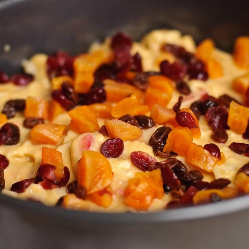 Смажьте форму для выпечки маслом. Залейте готовую смесь в форму. Верхушку пирога посыпать оставшимися орехами.