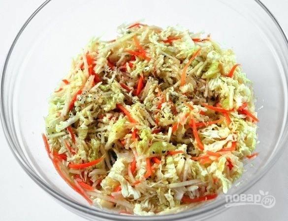 Все фрукты добавьте к овощам. Перемешайте салат, добавив перец и оливковое масло.