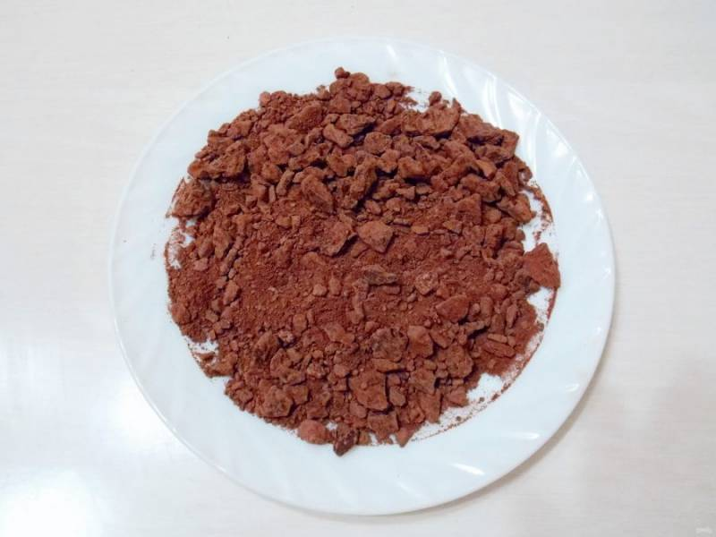 Измельчите 100 грамм шоколада в крошку любым удобным для вас способом.