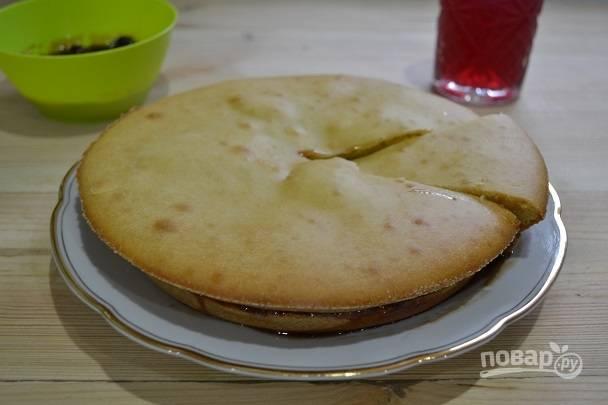 Бисквит на кефире с вареньем
