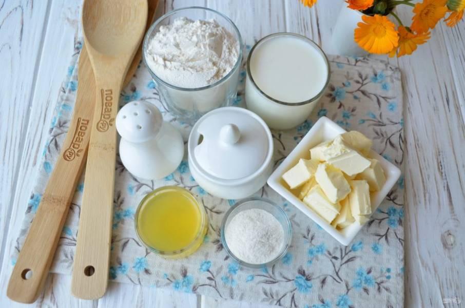 Подготовьте продукты. Сливочное масло обязательно охладите заранее, порежьте кубиками примерно 1 на 1 см. Молоко тоже желательно брать из холодильника.