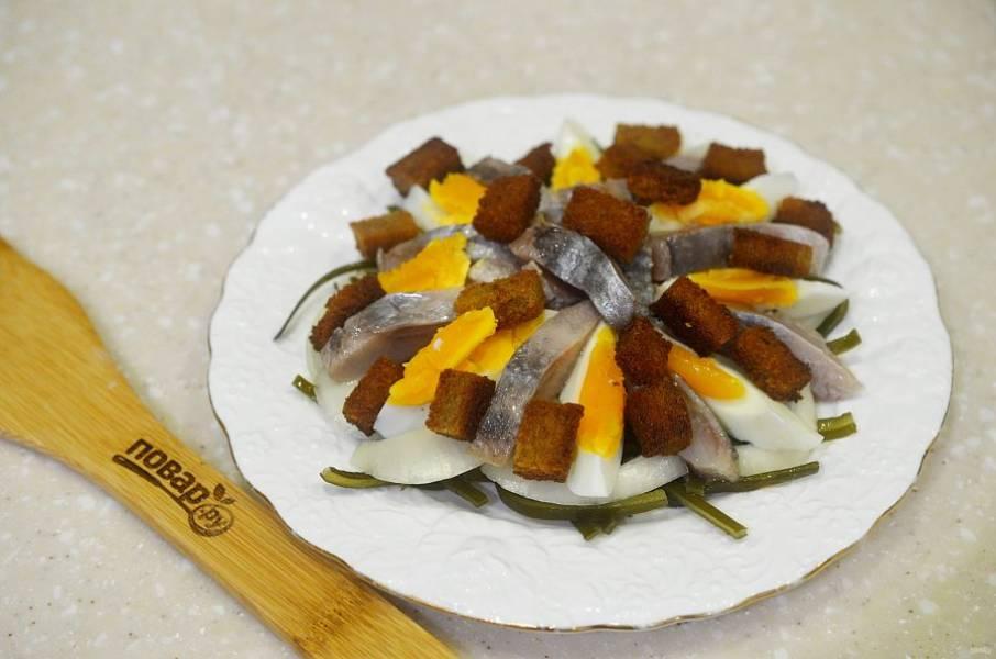 8. Затем положите сухарики и полейте соевым соусом.