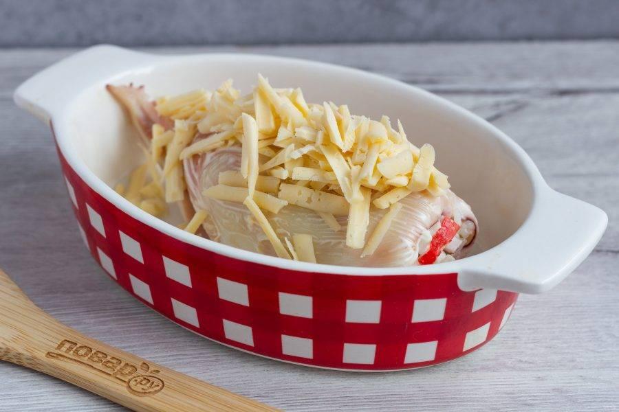 Посыпьте натертым сыром и уберите в духовку ещё на 5-7 мин.