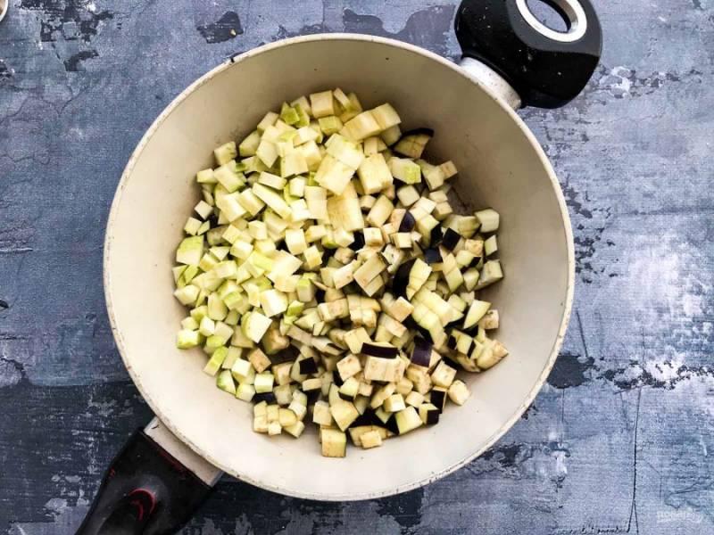 Кабачок и баклажан хорошо помойте под проточной водой, нарежьте маленькими кубиками и обжарьте отдельно от капусты.
