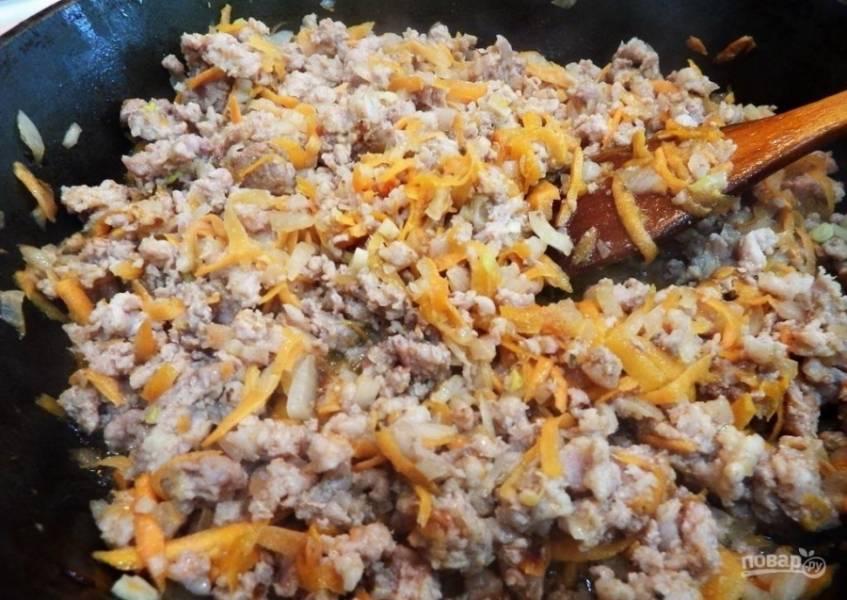 3.Сковороду с подсолнечным маслом ставлю на огонь, разогреваю хорошенько, выкладываю фарш с овощами, обжариваю до готовности.