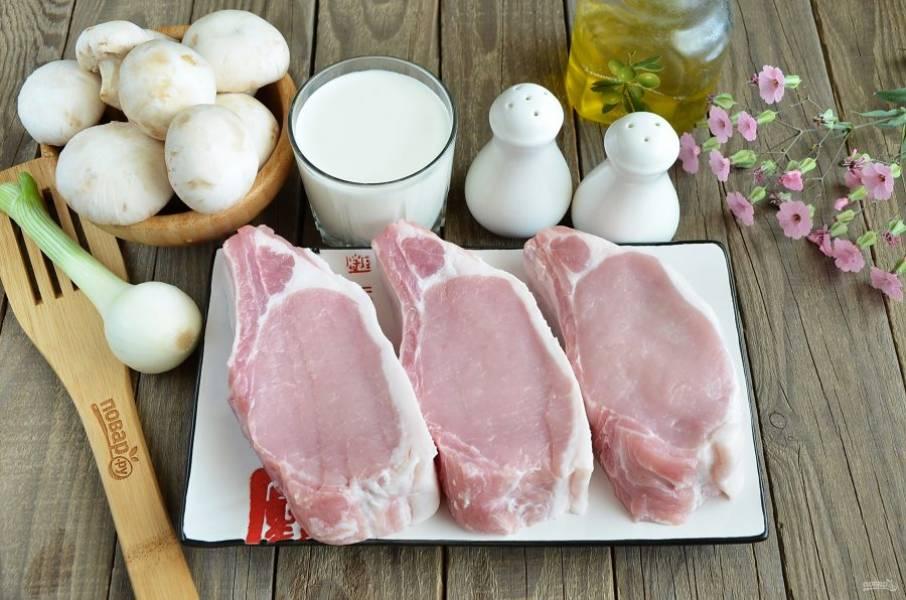 Подготовьте продукты согласно списку. Свиную корейку порежьте между ребер на 3 кусочка.