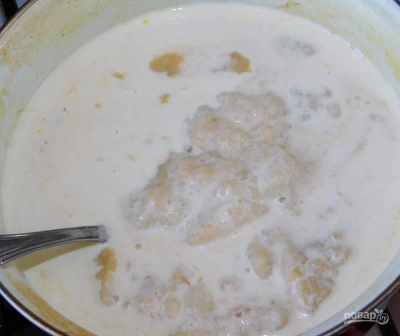 Всю массу верните в кастрюлю. Добавьте сливки  и специи. Перемешайте. Суп хорошо прогрейте. Если консистенция густая, можно добавить немного воды.
