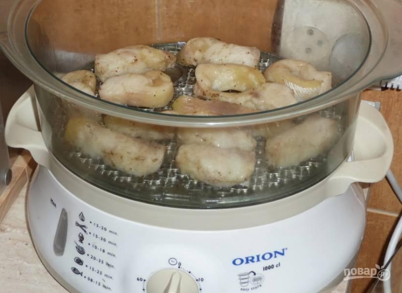 2. теперь аккуратно снимаем остатки маринада (я рыбку споласкиваю) и выкладываем рыбные кусочки на решетку пароварки. Последнюю, кстати, лучше смажьте маслом.