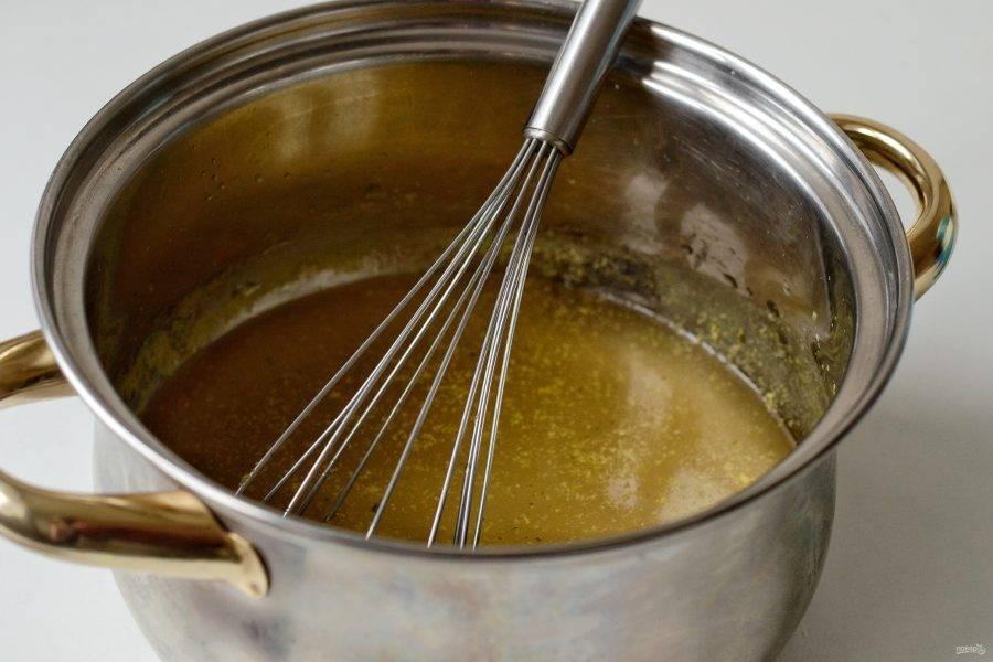 Нагрейте на среднем огне бульон, влейте разведённый агар-агар. Посолите и поперчите по вкусу. Доведите до кипения и варите 2 минуты.