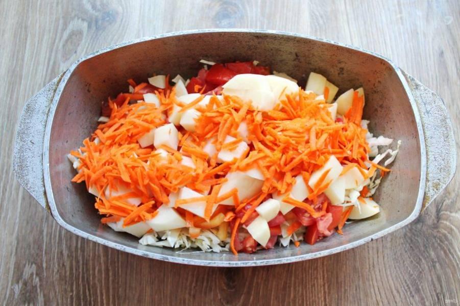 Морковь почистите и натрите на крупной терке, выложите ее в утятницу.
