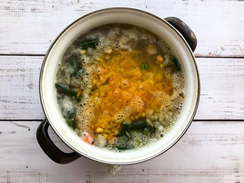 Выложите жареные овощи, посолите, перемешайте и дайте покипеть супу еще 5 минут.
