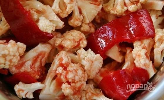 В кастрюлю с толстым дном влейте томатный сок и масло. Уложите перец, соль и сахар. Доведите смесь до кипения. Затем добавьте капусту.