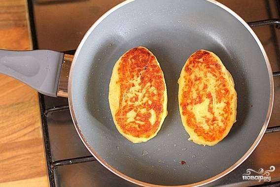 7. Жарьте с двух сторон до румяной корочки. Вот и весь секрет, как приготовить картофляники с грибами. Подавать к столу их можно как горячими, так и холодными. Угощайтесь!