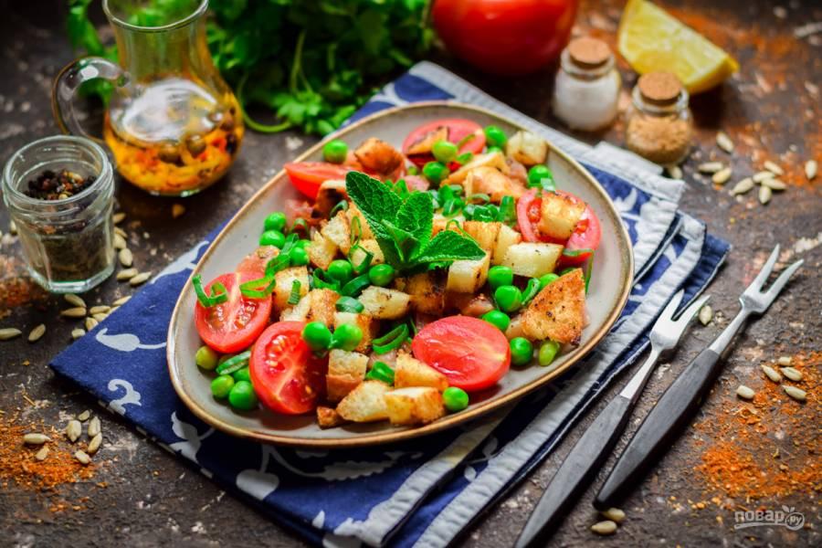 Салат с зеленым горошком и сухариками