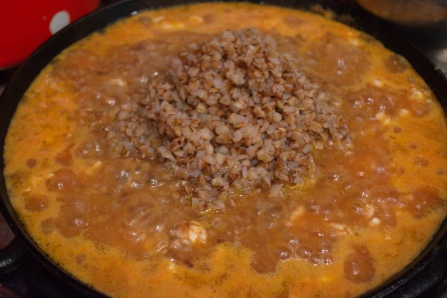 7. В полученный соус добавляем уже готовую гречку и перемешиваем. Выключаем.